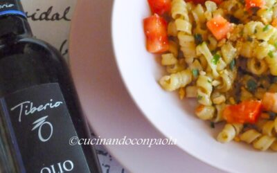 Riccioli Caserecci al Pesto di Melanzana e Granella di Tarallini all'olio